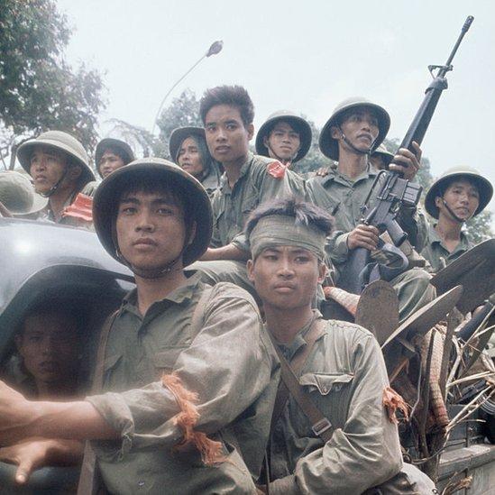 Tropas norvietnamitas entran a Saigón a bordo de un vehículo, 30 de abril de 1975