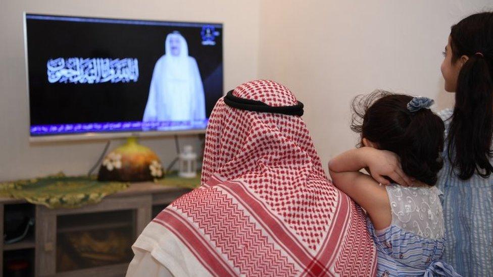 Kuwaitis listen to the announcement of Emir Sheikh Sabah al-Sabah's death in Kuwait City (29 September 2020)