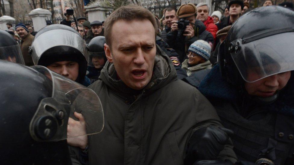 Agentes de policía detienen a Navalny en Moscú el 24 de febrero de 2014.