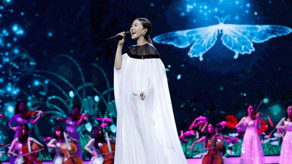 Singer Tan Weiwei