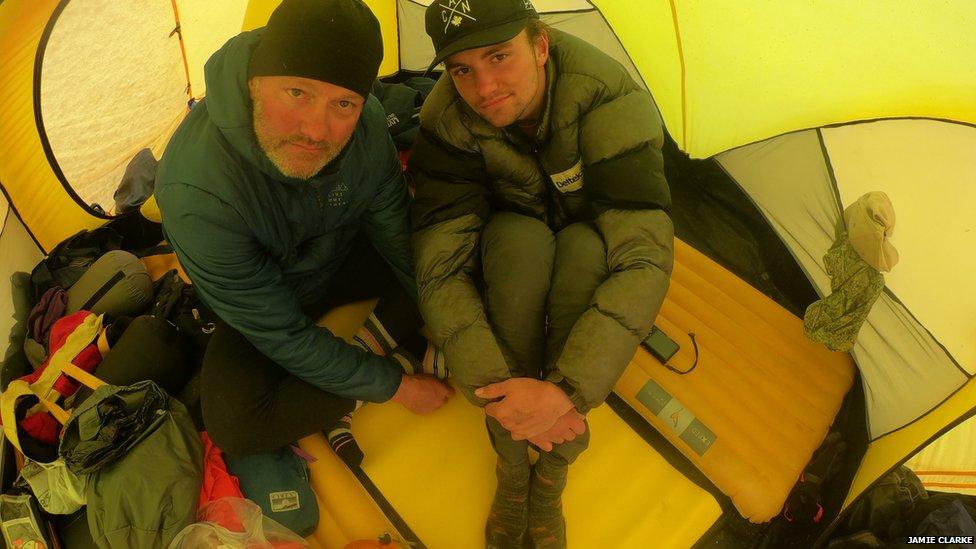 Jamie Clarke y su hijo Khobe en Mongolia.