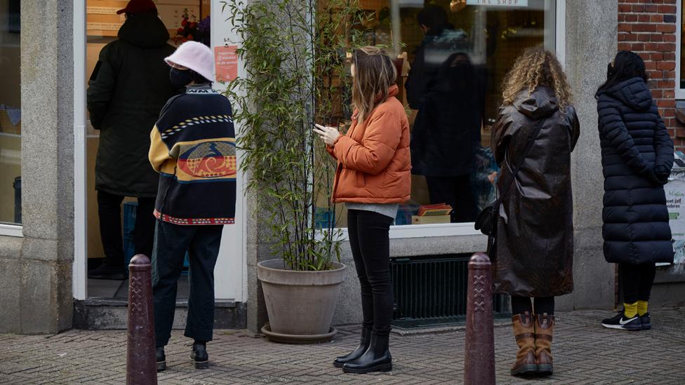 Amsterdam'da restoran önünde siparişlerini bekleyen müşteriler.