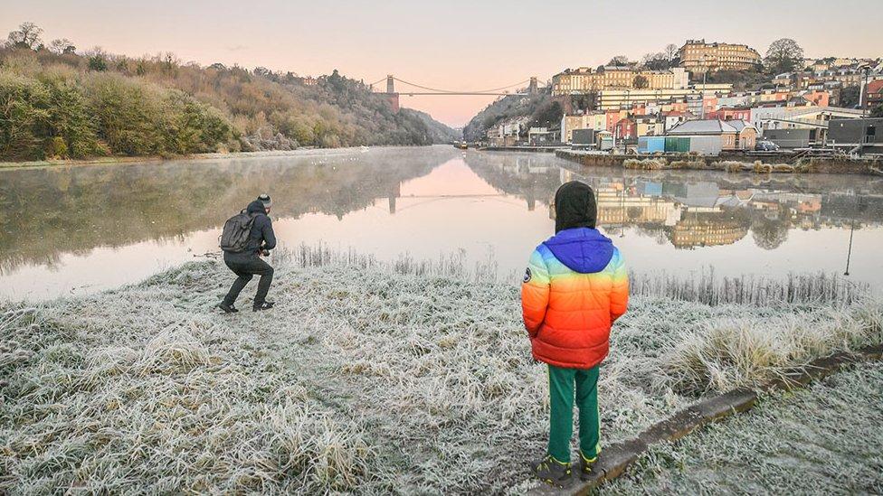 انعكاس صورة جسر أفون جورج وكليفتون في الماء