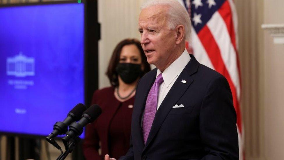 Joe Biden y Kamala Harris de fondo, en una intervención sobre covid.
