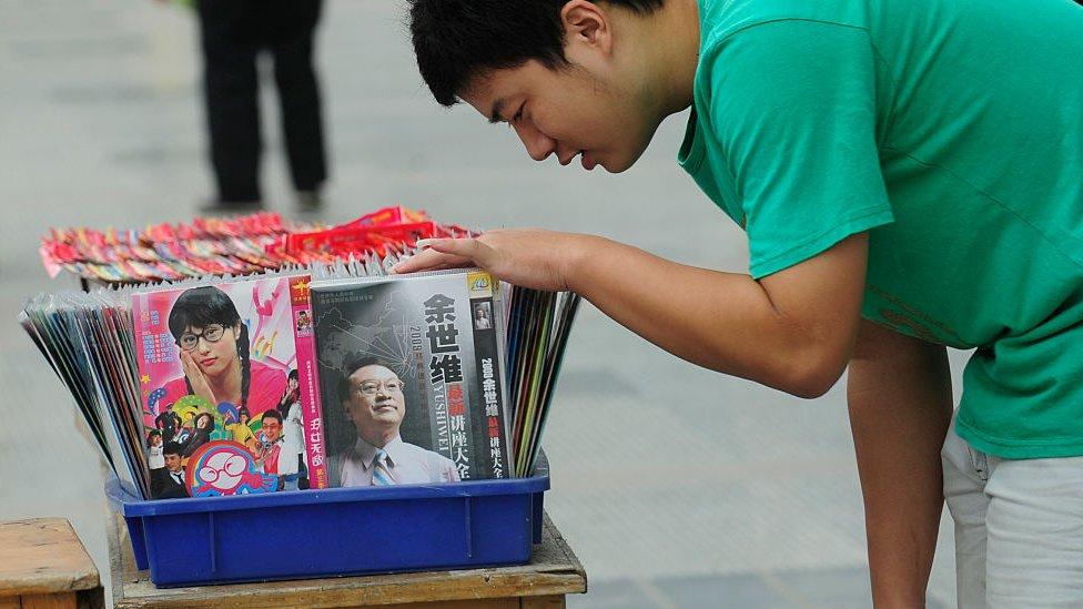 CD dan DVD bajakan yang dijual di China