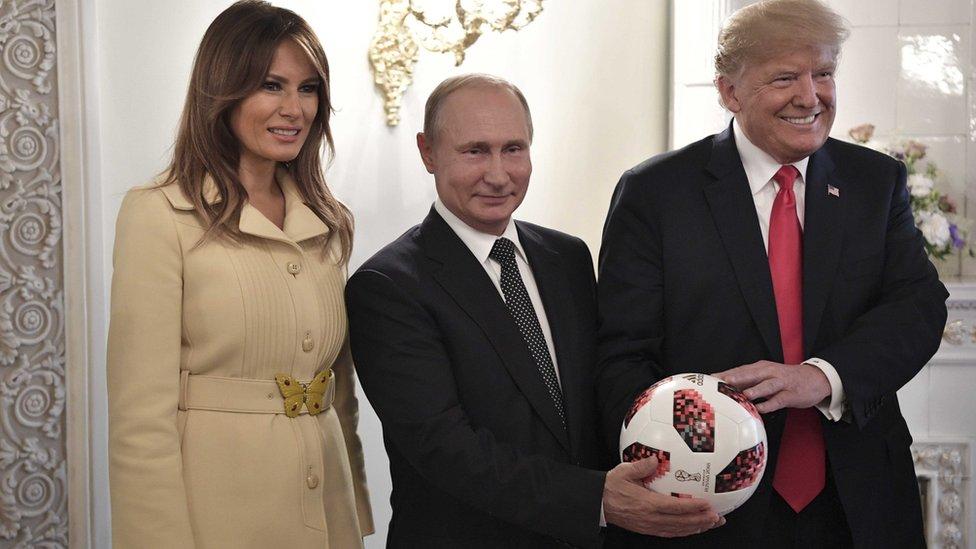 Vladimir Putin y Donald y Melania Trump, con una pelota del Mundial de Rusia 2018.