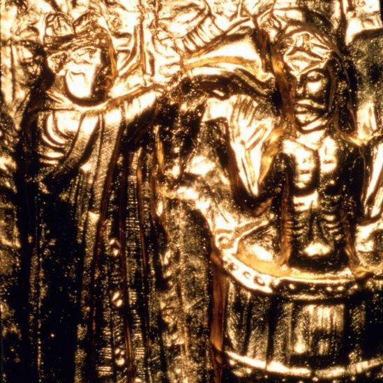 Una placa dorada registra el bautizo del rey Harald Gormsson.