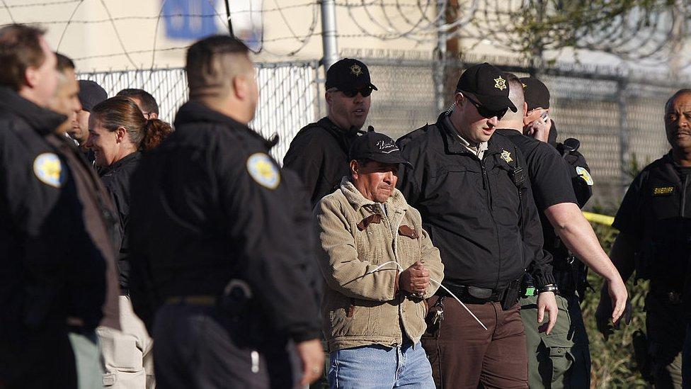 Un hombre es arrestado durante una redada para detener a inmigrantes indocumentados en Phoenix, Arizona, en 2009.