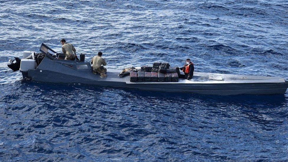Un equipo de abordaje de la Guardia Costera retira más de 800 kilos de cocaína de un barco semisumergible.