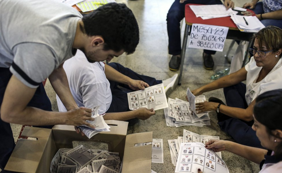 Gente contando los votos