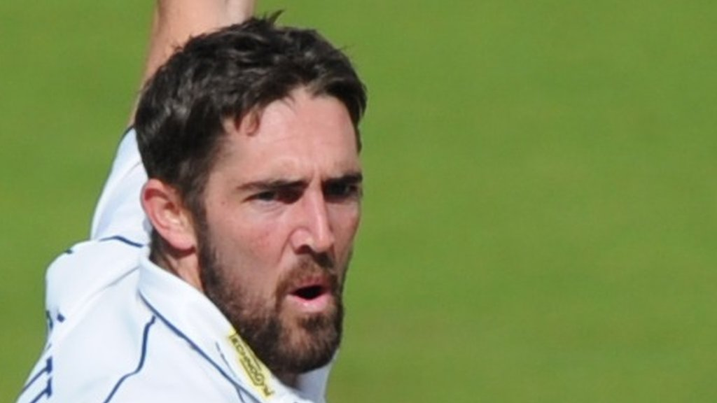 Leaders Warwickshire beat Glos inside two days