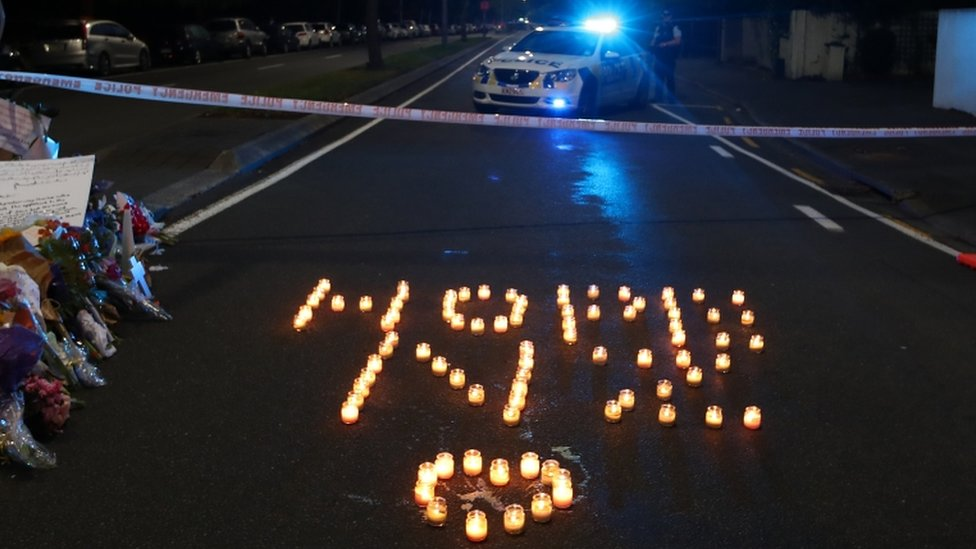 Homenaje con velas a las víctimas.