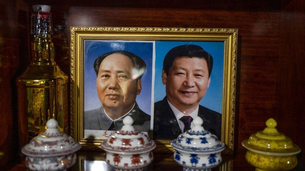 صورتان للرئيس الصيني شي جين بينغ (يمين) والزعيم ماو تسي دونغ (على اليسار)