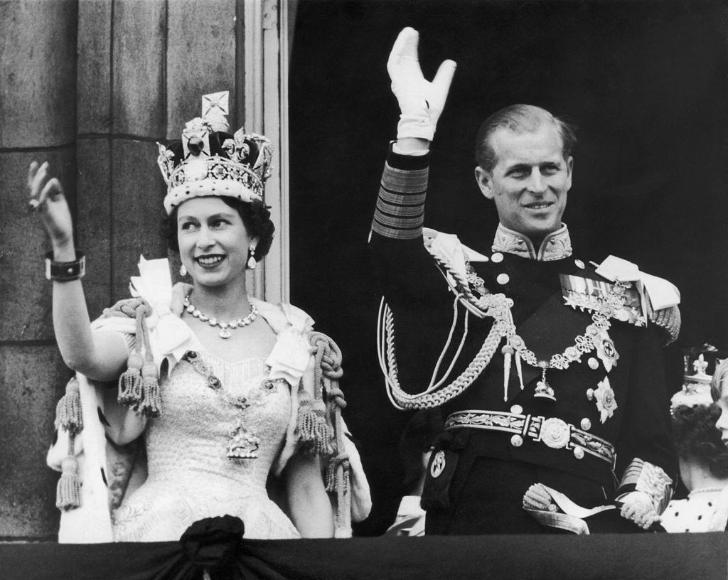 La reina Isabel II y el príncipe Felipe saludan a las masas tras la ceremonia de coronación.