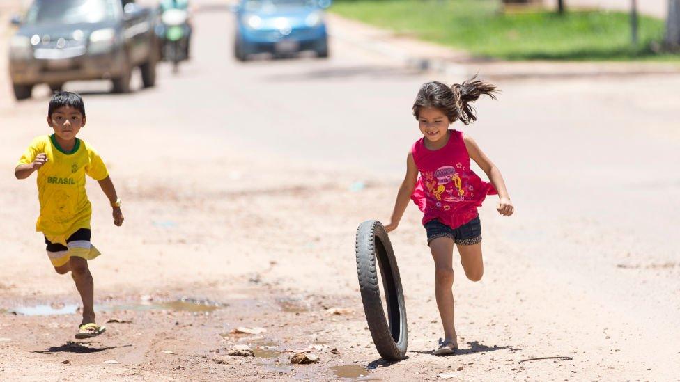 Niños corren por la calle en Guatemala.