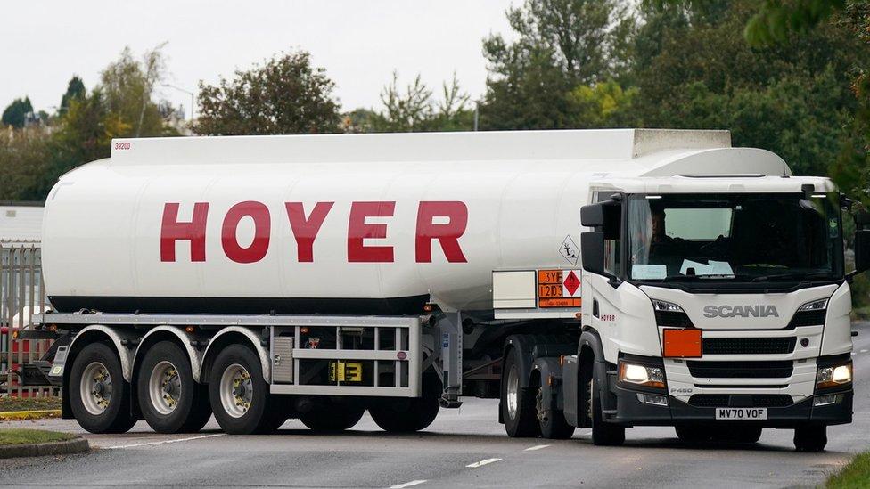 شاحنة وقود.