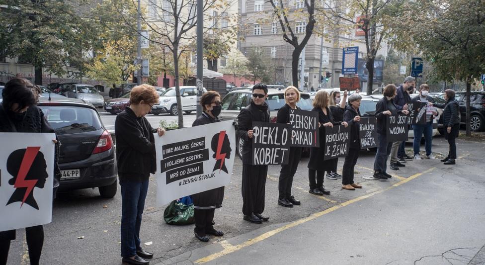Žene u crnom i AŽC ispred ambasade Poljske u Beogradu