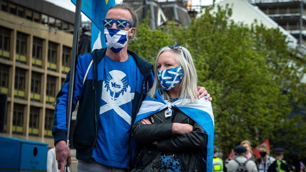 Dos escoces con banderas