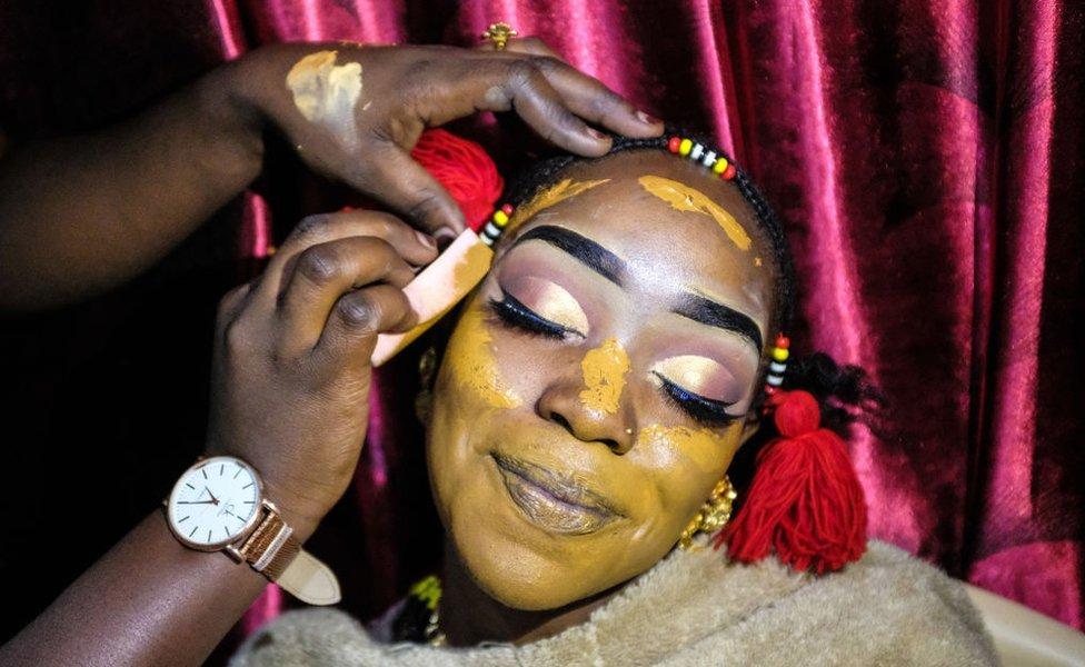 عروس من النوبه تأخذ زينتها استعدادا للعرس في العاصمة الكينية نيروبي. النوبيون الذي يعود أصلهم إلى السودان، أحضروا إلى كينيا قبل 100 عام للخدمة في الجيش البريطاني.