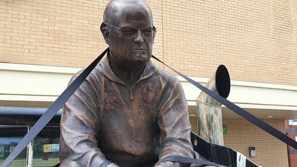 Escultura del técnico argentino Marcelo Bielsa