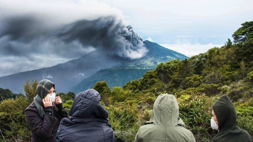 People wear masks as they look at the Turrialba volcano in Cartago, Costa Rica. Photo: 20 May 2016