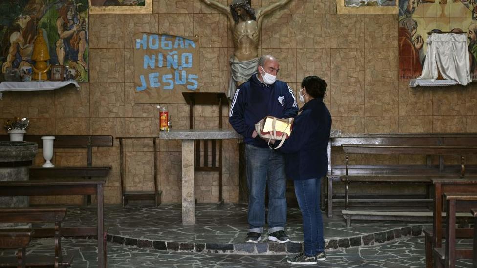 svetštenik sa ženom