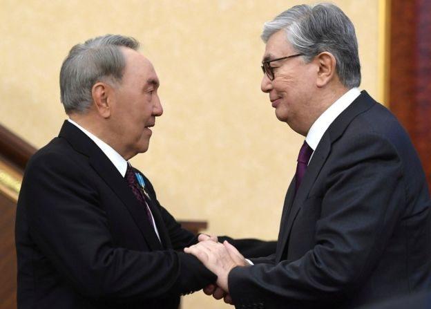 Nursultán Nazarbayev es saludado por su sucesor, Kassym-Jomart Tokayev.