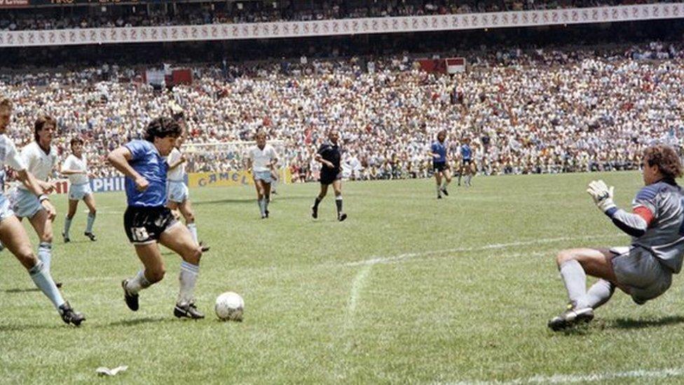 Maradona antes de anotar el segundo gol ante Inglaterra en el Mundial del 86.