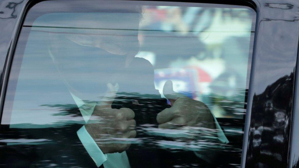 特朗普周日坐車現身,向支持者舉起姆指,隨即返回醫院。