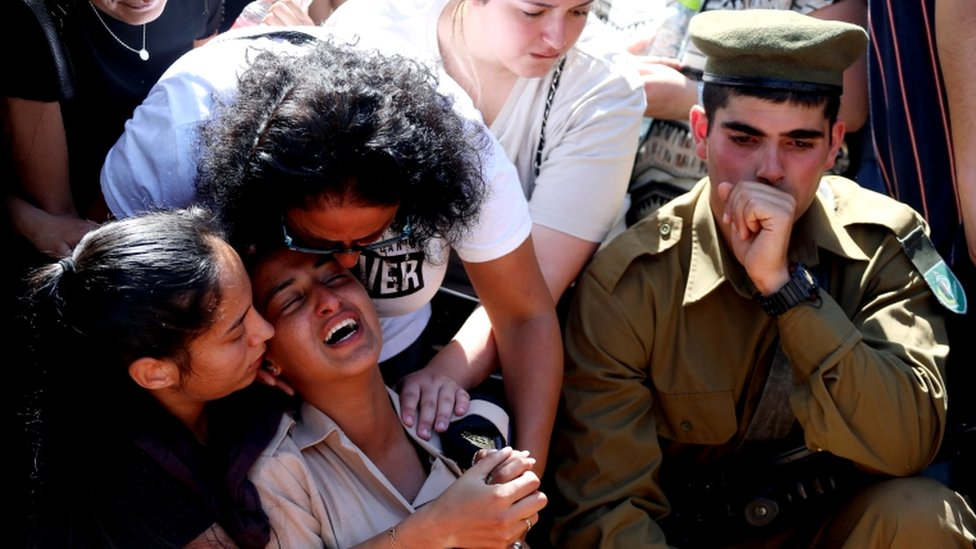Familiares y amigos, entre ellos soldados israelíes, lloran durante el funeral del soldado israelí Omer Tabib, muerto durante los combates transfronterizos con Gaza.
