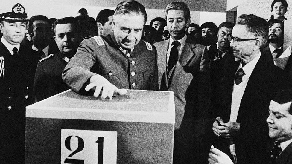 El general Pinochet durante el referendo para aprobar la Constitución de 1980.