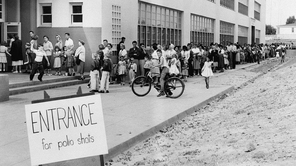 Niños haciendo cola para recibir la vacuna contra la poliomielitis en EE.UU.