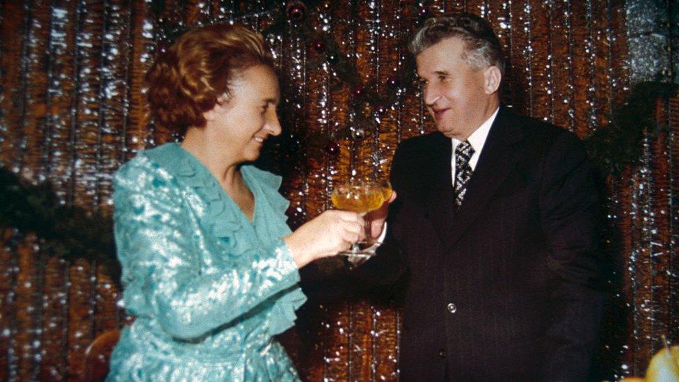 Nicolae Ceausescu y su esposa, Elena.