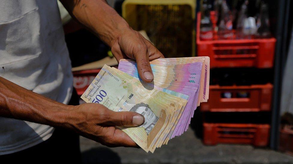 Hombre contando billetes.