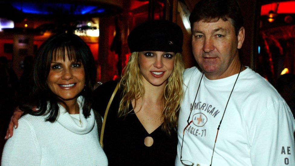 Britney Spears con sus padres en Las Vegas, noviembre 2001.
