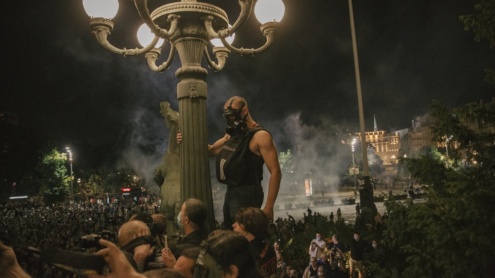Ispred zgrade Skupštine Srbije okupilo se nekoliko hiljada ljudi