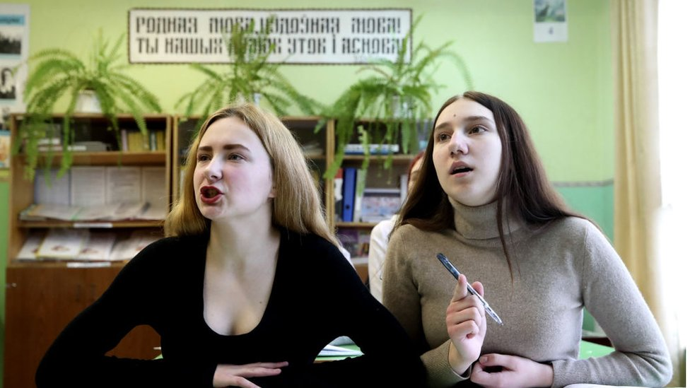 فتيات أثناء درس اللغة البيلاروسية في مدرسة ثانوية في قرية أوسينوفكا