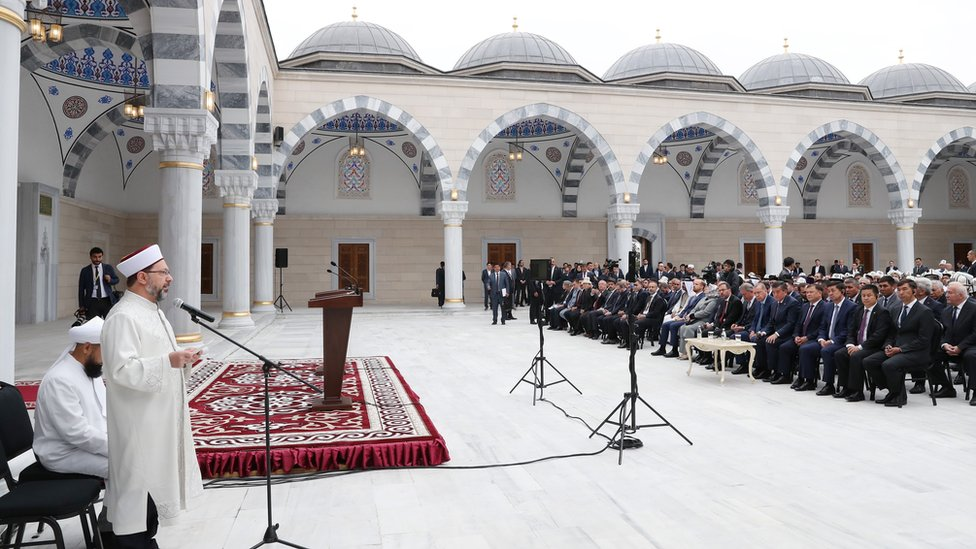 Bişkek Cumhuriyet Merkez İmam Serahsi Camii, Eylül 2018'de Cumhurbaşkanı Recep Tayyip Erdoğan, Kırgızistan Cumhurbaşkanı Sooronbay Ceenbekov ve Diyanet İşleri Başkanı Ali Erbaş'ın katılımıyla açıldı.