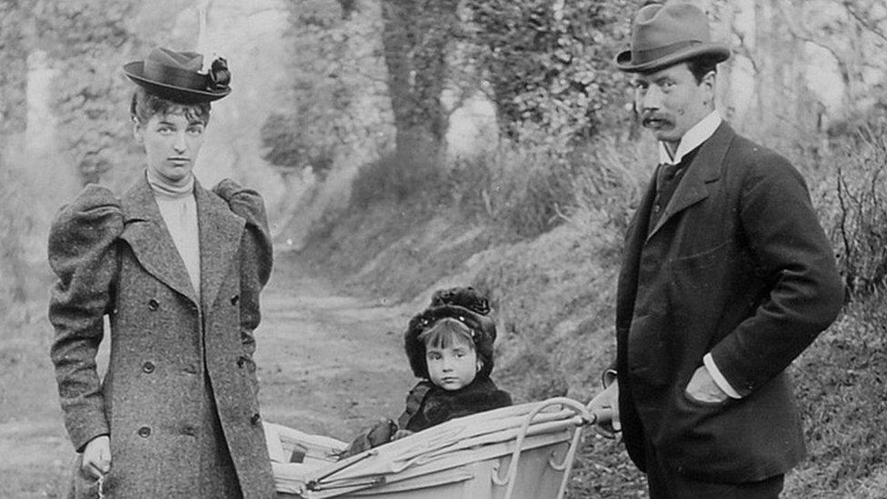 صورة تجمع ليدي إيفيلين وزوجها جون كوبولد وطفلتها
