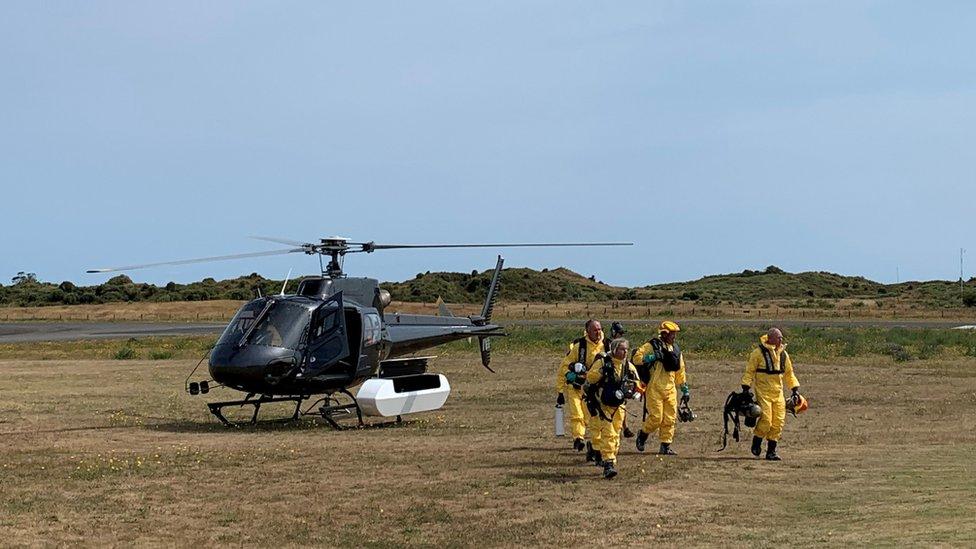 El equipo de búsqueda y rescate de la policía de Nueva Zelanda sale a tierra de un helicóptero