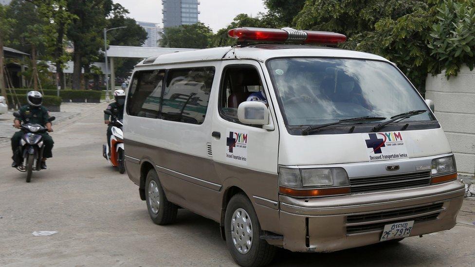 載著康克由遺體的靈車離開金邊高棉—蘇維埃友誼醫院(2/9/2020)