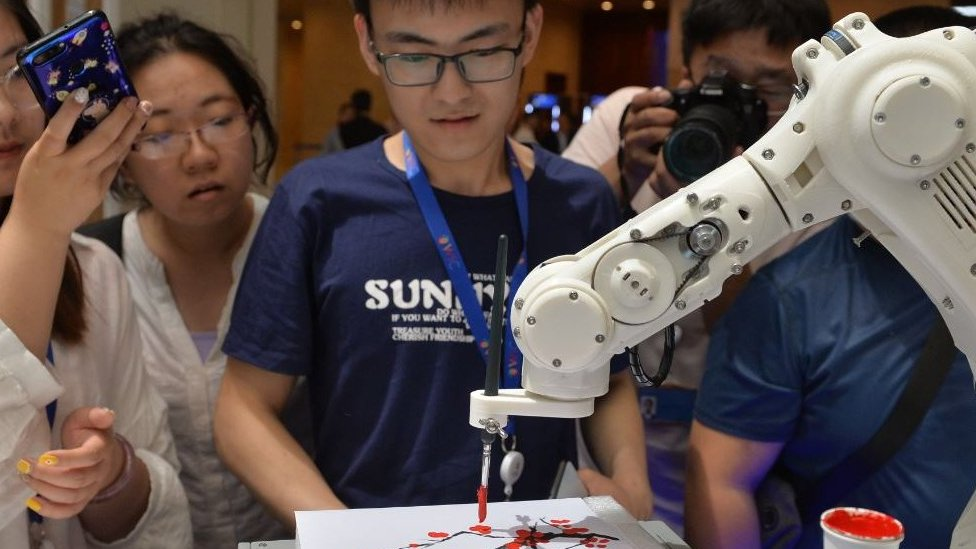 Un robot inteligente pintando en el 3er Congreso Mundial de Inteligencia, en Tianjin, China.