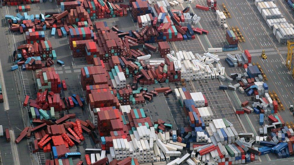 pogled iz vazduha na razrušene kontejnere u luci