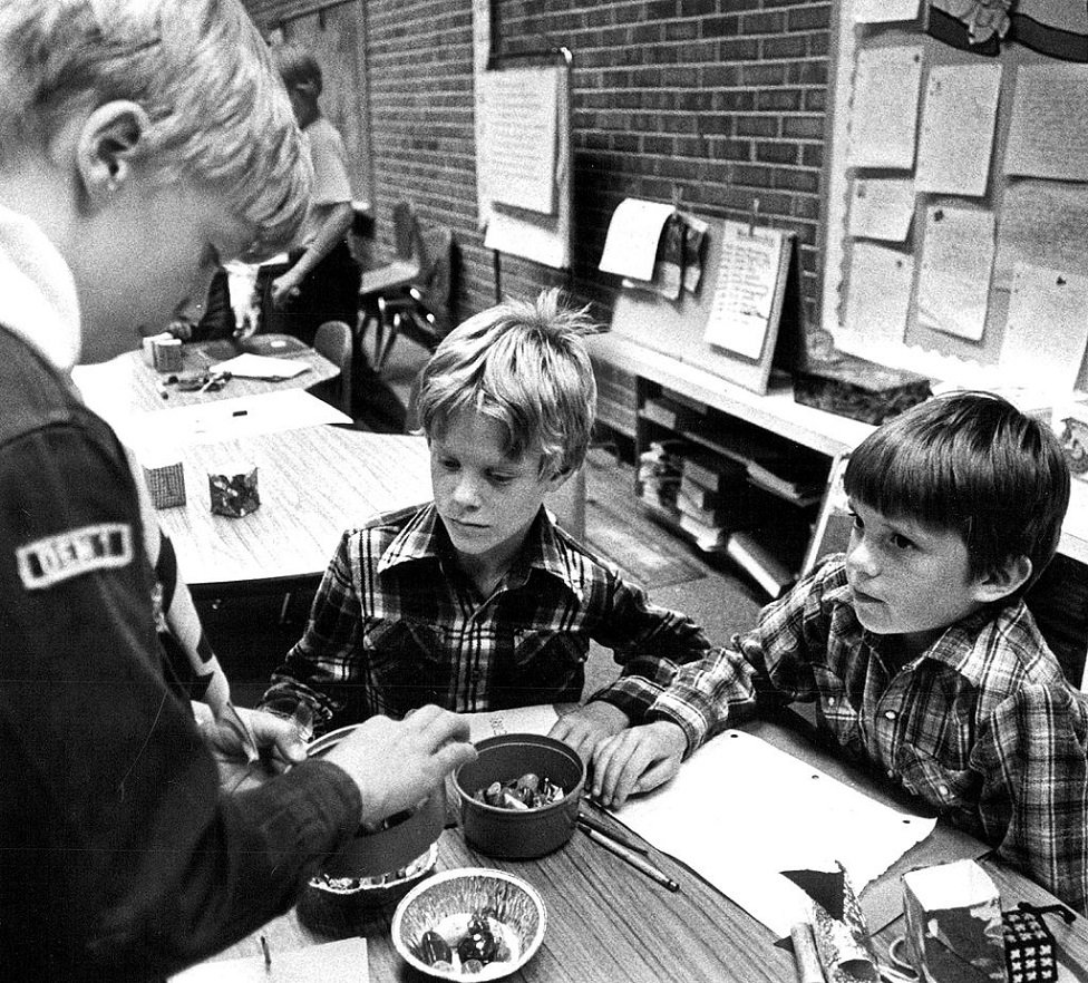 Kids trading pet rocks in 1982