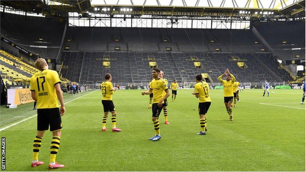 Jugadores del Borussia Dortmund celebrando a distancia