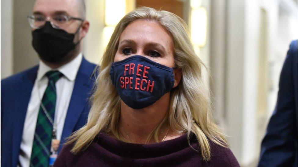 """عضو في الكونغرس ترتدي قناعا يدعم """"حرية التعبير"""""""