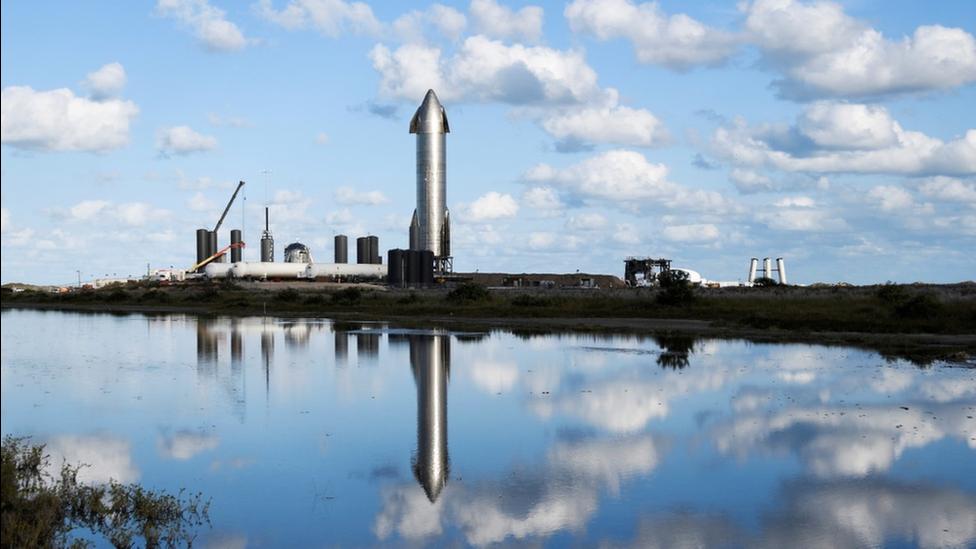 """去年12月,SpaceX""""星舟""""火箭在該公司位於德克薩斯的一座設施內為發射測試做凖備。"""