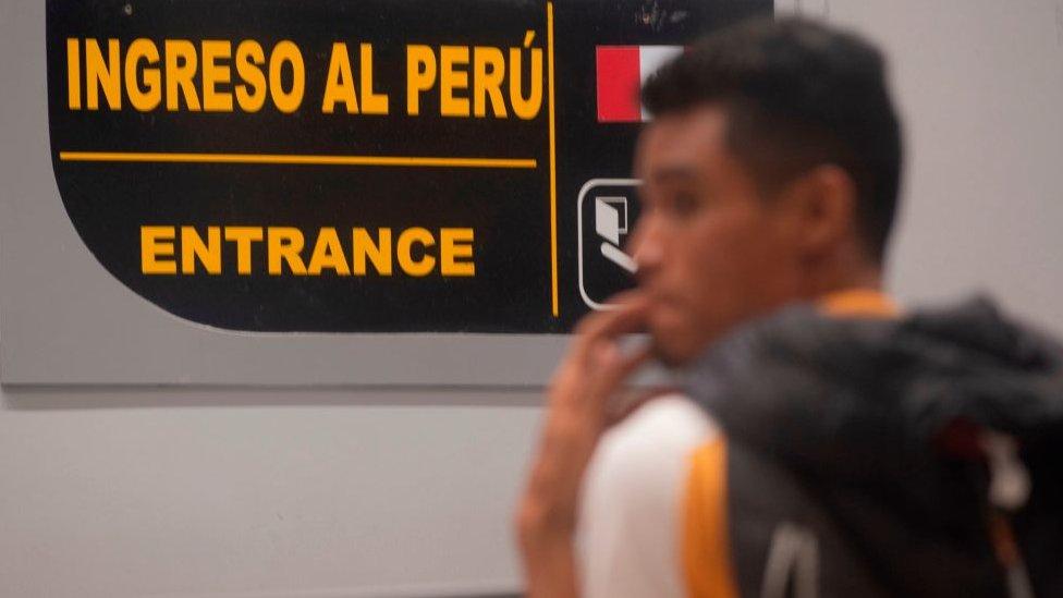 Una persona en un puesto migratorio en Tumbes, Perú.