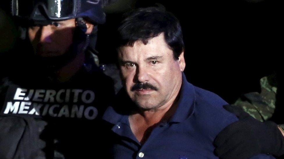 """Hoakin """"El Čapo"""" Guzman u pratnji policije ispred medija posle hapšenja"""
