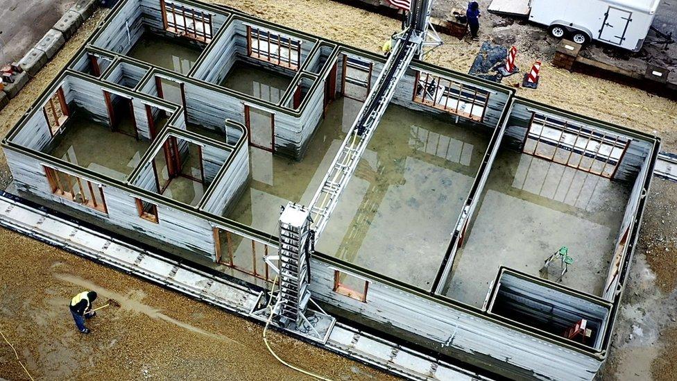 Evin duvarları robotlar tarafından üretildi ama çatıyı inşaat işçileri ördü.